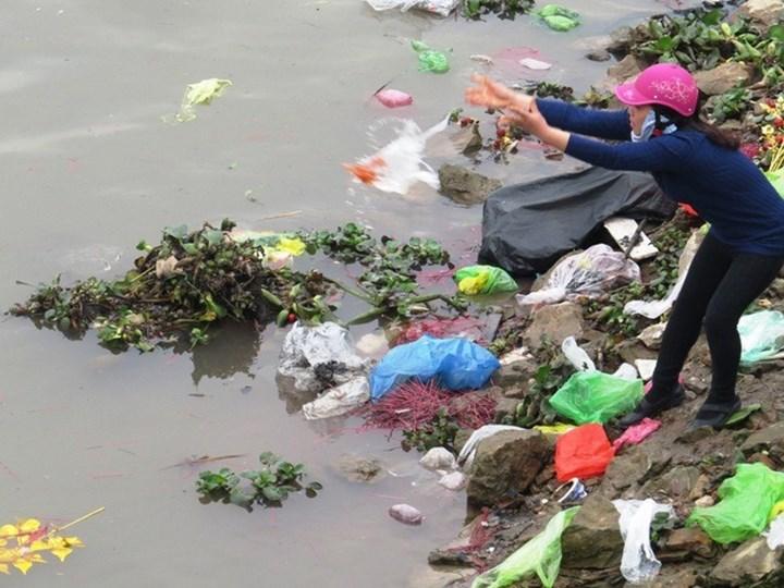 Ô nhiễm nguồn nước ở Hà Nội do vứt rác thải