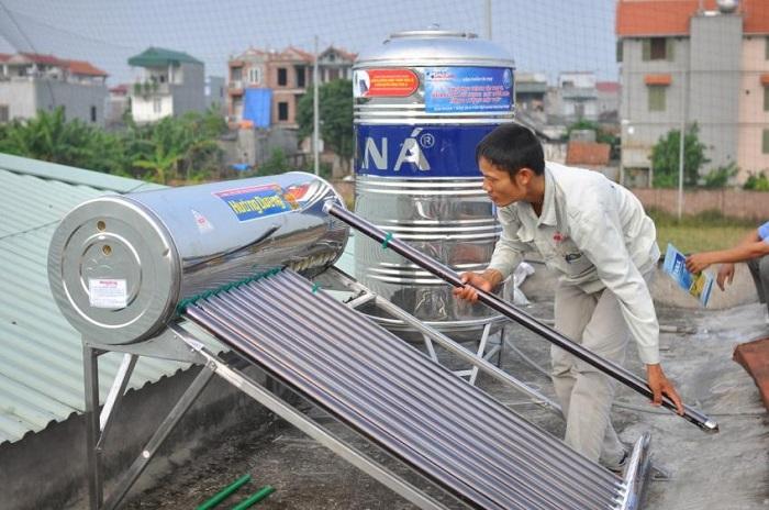 vệ sinh máy nước nóng năng lượng mặt trời