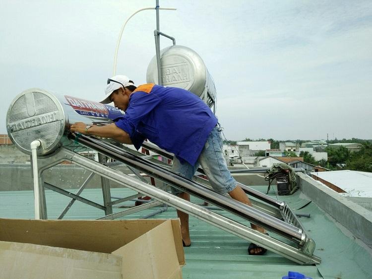 Lắp đặt máy bơm tăng áp cho máy nước nóng năng lượng mặt trời
